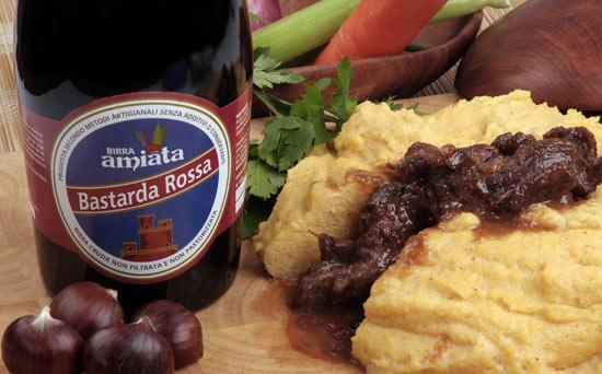 La Bastarda Rossa abbinata con lo spezzatino alla birra di castagne e polenta. Una ricetta di Pinta Medicea.